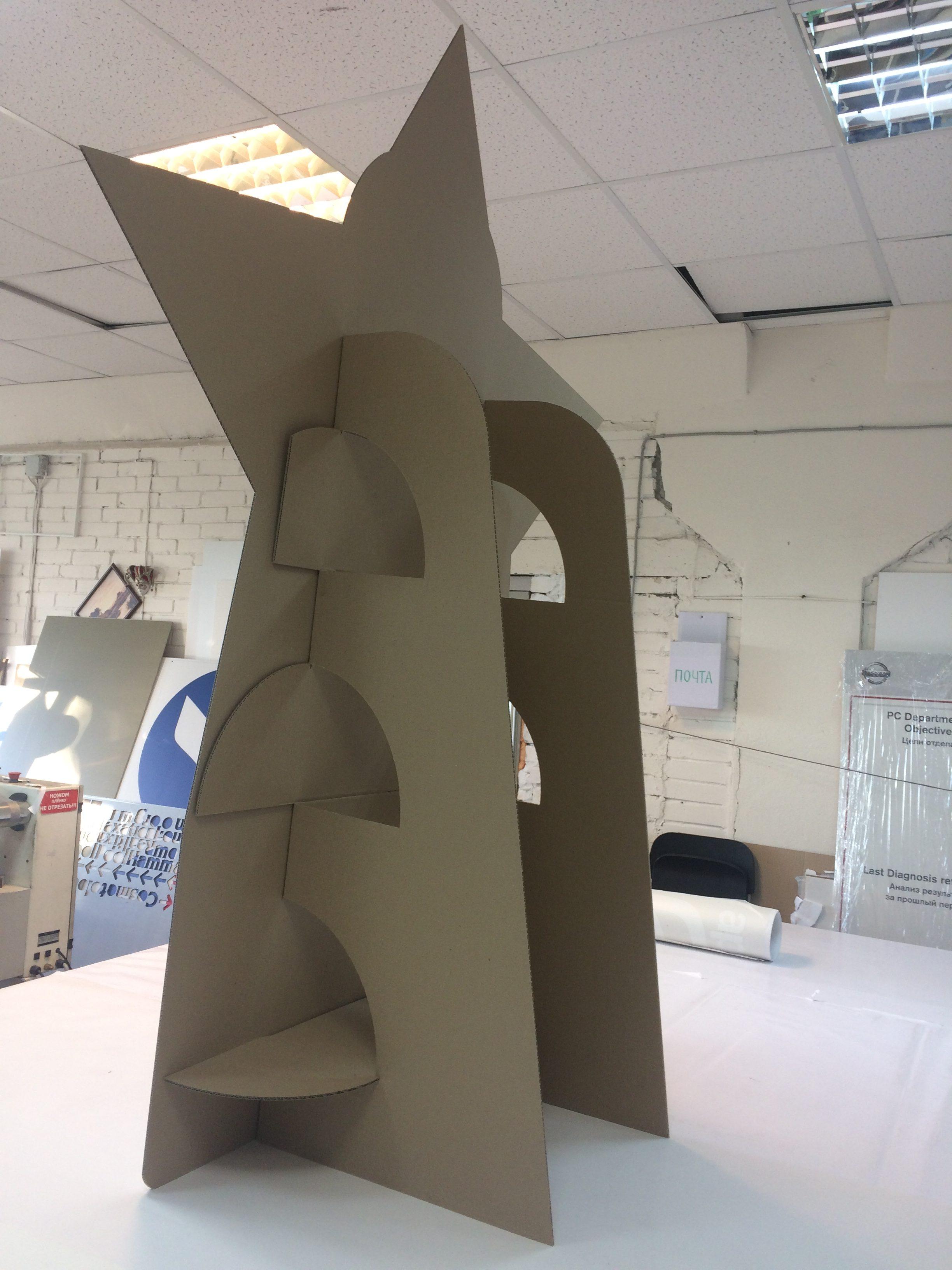 ростовая фигура из картона вид сзади